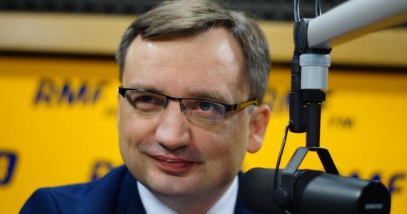 """""""Jest wielu znakomitych przedstawicieli Zjednoczonej Prawicy, którzy mogą być wybitnymi ministrami. Nie muszę być ministrem. Oczywiście jeśli będzie taka potrzeba, wtedy mogę wejść do tego rządu, ale nie mam żadnego przymusu, żeby w rządzie się znaleźć"""" - mówi Zbigniew Ziobro z Solidarnej Polski, pytany przez słuchaczy RMF FM, czy chciałby znaleźć się w rządzie Beaty Szydło. Gość Konrada Piaseckiego dodaje, że sprawy personalne mają dla niego trzeciorzędne znaczenie. """"Wierzę, że Beata Szydło będzie bardzo dobrym premierem"""" - ocenia polityk."""