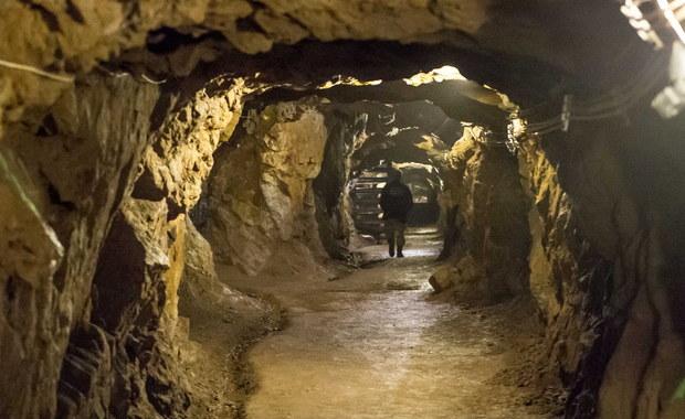 Kolejna sensacja na Dolnym Śląsku? Odkrywca podziemnych korytarzy w Walimiu ujawnił na konferencji prasowej szczegóły znaleziska. Zgłoszenia dotyczą trzech łączących się ze sobą obiektów. Wszystkie związane są z projektem Riese, a konkretnie - z obiektem Włodarz. Dwa odkryte tunele mają prowadzić od trasy kolejowej w Walimiu w stronę góry Włodarz. Jedno zgłoszenie dotyczy natomiast nieznanych dotąd podziemnych korytarzy, do których od czasów II wojny światowej nikt nie dotarł, a które odkrywca nazwał blokami A i B. Mają się one mieścić w pobliżu znanego od lat i udostępnianego do zwiedzania fragmentu kompleksu Riese, znajdującego się w górze Włodarz (odkrywca nazwał ten fragment blokiem C).