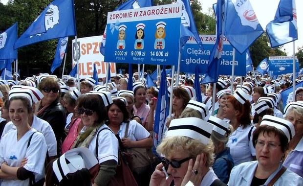 Minister zdrowia nie dotrzymał obietnicy danej wczoraj demonstrującym w Warszawie pielęgniarkom. Marian Zembala zapowiadał, że w ciągu 24 godzin sprawdzi, czy proponowane białemu personelowi podwyżki będą mogły być wpisane do podstawy wynagrodzenia, a nie być jedynie dodatkiem do pensji. Doba minęła, a ministerstwo milczy.