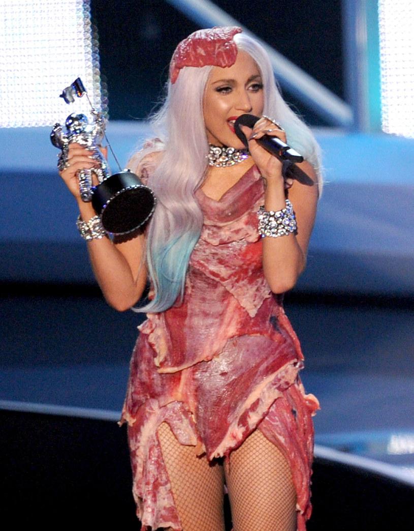 Suknia z mięsa, którą Lady Gaga założyła na galę MTV Video Music Awards w 2010 roku, trafiła do galerii sław Rock and Roll w Cleveland.
