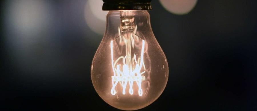 Nie grozi nam brak prądu w gniazdkach. Operator systemu przesyłowego Polskie Sieci Elektroenergetyczne wraz z Rządowym Centrum Bezpieczeństwa i elektrowniami na bieżąco monitorują sytuację - zapewnił w piątek prezes Polskich Sieci Energetycznych Henryk Majchrzak. Dodał, że warunki hydrologiczne w kraju się poprawiają, prognozy meteo też nie wskazują, by mogły nas jeszcze nękać wyjątkowe upały. Przyznał jednak, że prowadzone są analizy dotyczące sytuacji, jaka może wydarzyć się w przypadku gdyby - bez obfitych opadów - przyszła bezśnieżna i mroźna pogoda.