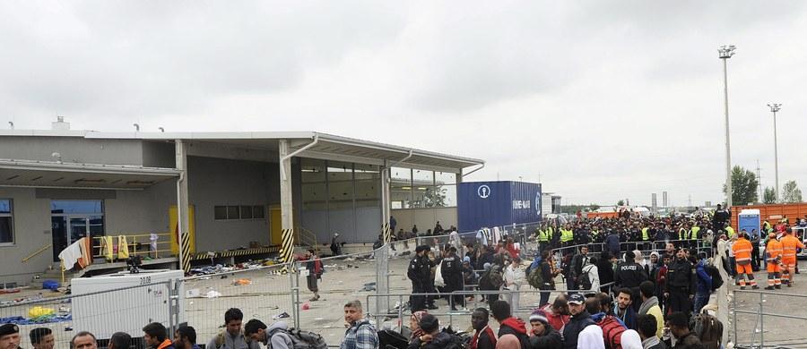 """Należy zastanowić się nad sankcjami dla krajów UE sprzeciwiających się obowiązkowym kwotom imigrantów – stwierdził w wywiadzie dla tygodnika """"Der Spiegel"""" kanclerz Austrii Werner Faymann. Zaproponował, aby opornym obniżać unijne fundusze strukturalne."""