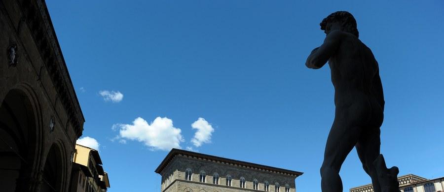Służby porządkowe we Florencji walczą z turystami, którzy wdrapują się na pomniki, by zrobić sobie na nich selfie. Dlatego władze Florencji postanowiły surowo karać amatorów takich fotografii.