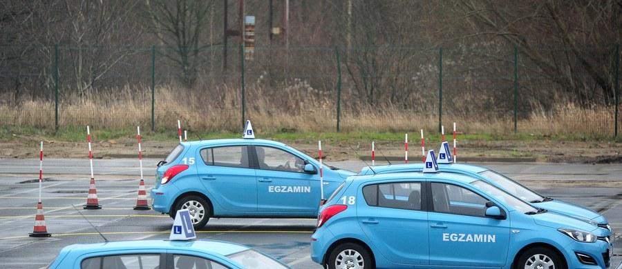 Rośnie kolejka chętnych do egzaminu na prawo jazdy kategorii B. Kandydaci na kierowców chcą go zdać jeszcze w tym roku, bo od 4 stycznia 2016 roku kolejny raz zmienią się przepisy. Wtedy zostanie wprowadzony tak zwany okres ochronny nowych kierowców.