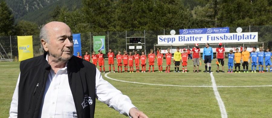 Problemy szefa FIFA Josepha Blattera są coraz poważniejsze. Po aferze korupcyjnej w światowym futbolu, wyszło teraz na jaw, że 79-letni Szwajcar mógł sprzedać w 2005 roku prawa do transmisji meczów poniżej wartości rynkowej.