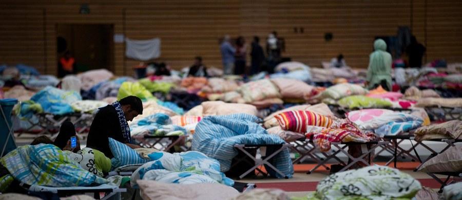 Burmistrz stolicy Bawarii - Monachium, Dieter Reiter, zaapelował do kanclerz Angeli Merkel i władz innych krajów związkowych o pomoc w zakwaterowaniu uchodźców napływających od tygodnia do miasta. Ostrzegł, że w Monachium nie ma już wolnych miejsc.