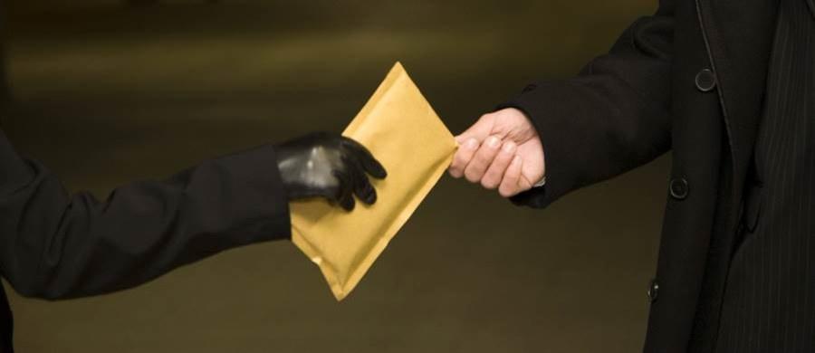 CBA w Powiatowym Urzędzie Pracy w Kielcach. Funkcjonariusze zatrzymali dyrektorkę PUP oraz dwóch świętokrzyskich przedsiębiorców. Małgorzata S. jest kandydatką PSL w wyborach do Senatu. Zarząd regionalny zawiesił jej członkostwo w partii.