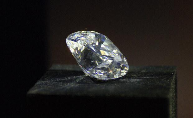 """39-letnia Chinka połknęła diament o wartości 245 tys. euro. W ten sposób próbowała go wywieźć z Tajlandii. """"W wyniku przeprowadzonego zabiegu kamień został wyciągnięty"""" - poinformowała tajlandzka policja. Kobiecie grozi do trzech lat więzienia."""