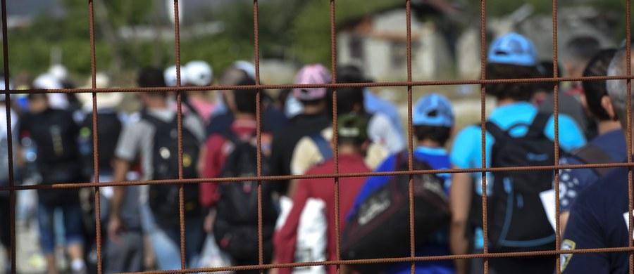 """Masowy napływ imigrantów może spowodować podwyżki podatków we Francji, zamiast obiecywanej przez prezydenta Francois Hollande'a obniżki - alarmuje """"Le Figaro"""". Renomowany dziennik szacuje, że koszty przyjęcia uchodźców we Francji przekroczą w tym roku 2,5 miliarda euro."""