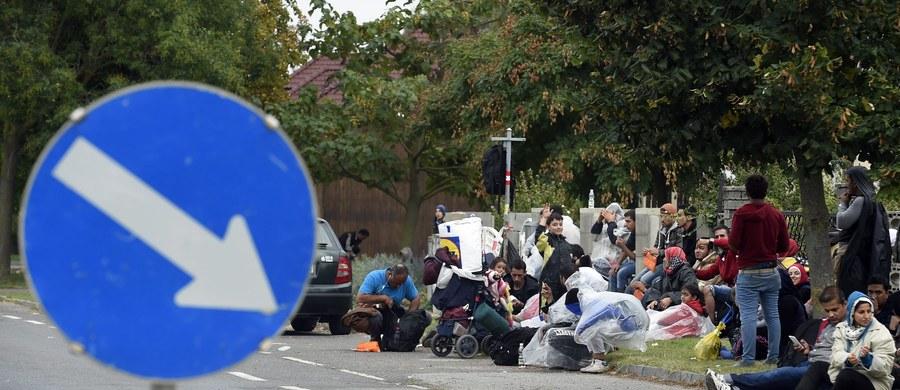 """Nie Polska, ale Czechy i Słowacja zajęły twarde stanowisko i pierwsze powiedziały """"nie"""" obowiązkowemu podziałowi uchodźców – ustaliła nasza dziennikarka Katarzyna Szymańska-Borginion w Brukseli. Dopiero w ostatniej fazie dołączyły do nich Polska i Węgry. W efekcie te cztery kraje zablokowały wspólne stanowisko Unii Europejskiej w sprawie podziału 120 tys. uchodźców."""