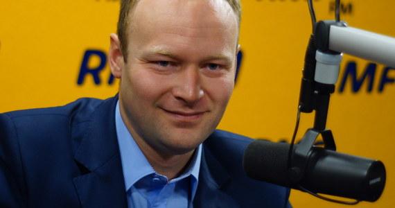 """""""Najlepszą ocenę pomysłów i konwencji PO wystawia to, że wzywają do debaty. Próbują przykrywać nieudaną konwencję, bo wstydzą się swoich propozycji. Tego nie było już od dawna na polskiej scenie politycznej"""" - mówi w Kontrwywiadzie RMF FM rzecznik kampanii PiS Marcin Mastalerek. Dodaje, że """"jeżeli Lewandowski wzywa kandydatkę na premiera do debaty, to znaczy, że albo sam się zgłasza na premiera, albo czegoś nie wiemy"""". """"Może premier Kopacz już nie jest kandydatką na premiera?"""" - zastanawia się gość RMF FM. Pytany o propozycję debaty Siemoniak-Macierewicz, odpowiada natomiast: """"Z Siemoniakiem nie da się poważnie porozmawiać"""". """"Podobno w PO jest takie powiedzenie o rzucaniu się na druty, jak ktoś jest w beznadziejnej sytuacji. Ewa Kopacz na te druty politycznie się rzuca. Jest całkowicie niewiarygodna"""" - ocenia Mastalerek. Jego zdaniem, partia, która przez 8 lat w 13 ustawach 21 razy podnosiła podatki, a dziś obiecuje, że je obniży, """"jest całkowicie niewiarygodna"""". Koszty propozycji PiS-u? """"Gdyby był pan na konwencji PiS i uczestniczył w panelu o finansach, to wiedziałby pan, że to jest policzone"""" - odpowiada Marcin Mastalerek Konradowi Piaseckiemu. Dodaje, że wszystkie propozycje """"zostały policzone przez posła Henryka Kowalczyka z innymi ekspertami"""". Pytany o gabinet Beaty Szydło i obecność w nim np. Antoniego Macierewicza, odpowiada z kolei, że """"najpierw trzeba wygrać wybory"""". """"Gdybyśmy dziś o tym rozmawiali, to pokazywałoby pychę"""" - stwierdza gość RMF FM."""