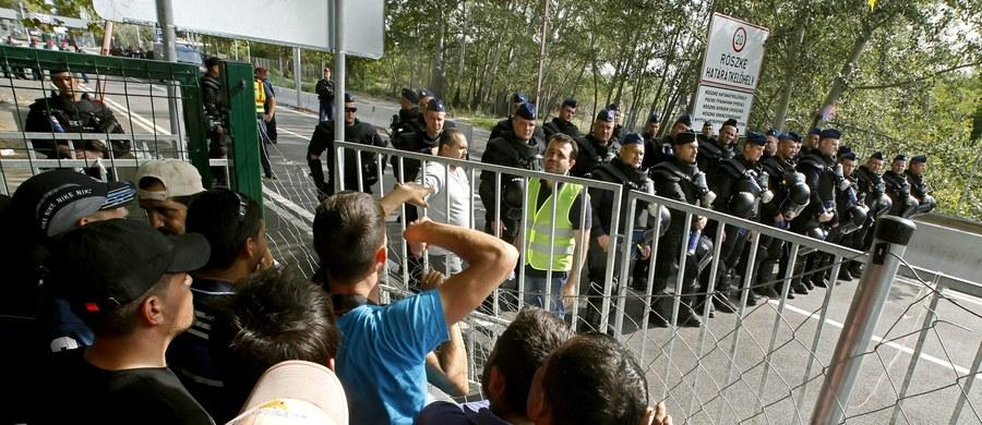 Tysiące uchodźców z Azji i Afryki zostało na noc przed otoczoną drutem kolczastym węgierską granicą z Serbią. Została ona dla nich szczelnie zamknięta. Mimo że od wtorku na Węgrzech za nielegalne przekroczenie granicy grozi więzienie, to 60 osób przedostało się na drugą stronę. Wszyscy trafili do aresztu. Tymczasem Luksemburg zwołał na 22 września kolejne spotkanie ministrów spraw wewnętrznych UE w sprawie uchodźców. Przewodniczący Rady Europejskiej Donald Tusk zapowiedział, że w czwartek ogłosi decyzję, czy ewentualnie zwoła nadzwyczajny szczyt. O taki proszą Francja i Niemcy.