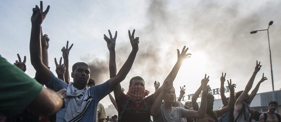 """29 migrantów zatrzymano w związku ze starciami na węgiersko-serbskiej granicy. Jedną z tych osób zidentyfikowano jako """"terrorystę"""" - poinformował doradca premiera Węgier Viktora Orbana ds. bezpieczeństwa Gyorgy Bakondi. Wcześniej w starciach z migrantami na granicy obrażenia odniosło 20 węgierskich policjantów. """"To już rzeczywiście jest bitwa, o ile nie wojna"""" - relacjonował nasz specjalny wysłannik Maciej Pałahicki."""