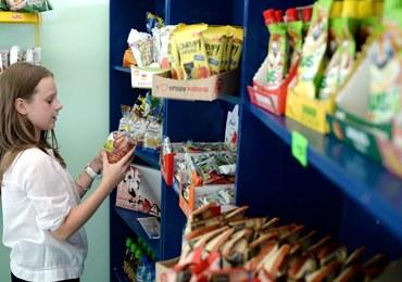 Kuriozalne efekty walki ze śmieciowym jedzeniem w szkołach