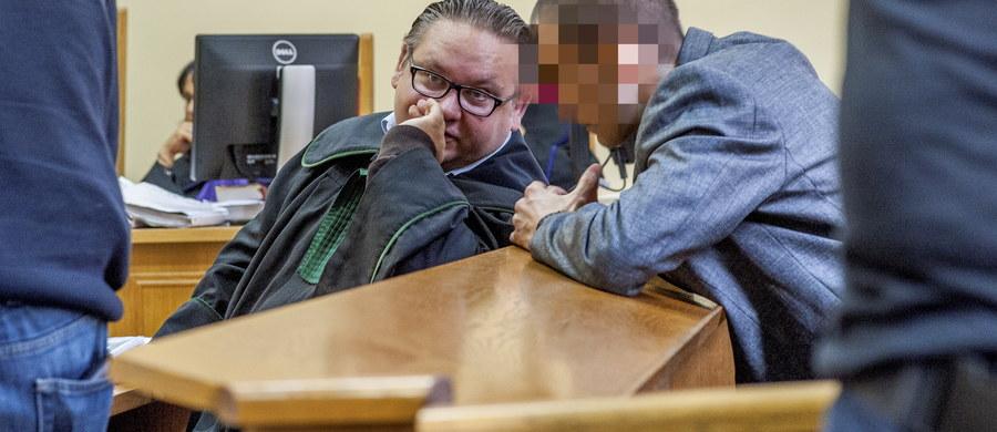 Przed szczecińskim sądem ruszył proces Radosława W., oskarżonego m.in. o dokonanie zabójstwa trojga osób, w tym swojej matki. Mężczyźnie grozi dożywocie. Akt oskarżenia objął także Krzysztofa P. i Wojciecha B., którym prokuratura zarzuca pomoc Radosławowi W. m.in. w zacieraniu śladów po zabójstwie.