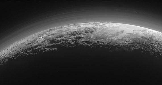 Pluton nie przestaje zadziwiać. NASA opublikowała właśnie najnowsze zdjęcie, wykonane przez sondę New Horizons 14 lipca bieżącego roku, około 15 minut po maksymalnym zbliżeniu do planety karłowatej. Sonda odwróciła się i sfotografowała wtedy powierzchnię Plutona oświetloną zachodzącym Słońcem. Widać na nim oświetlone pod dużym kątem łańcuchy górskie, lodowe płaskowyże i warstwy mgieł w atmosferze. Zdjęcie wykonane kamerą Ralph/Multispectral Visual Imaging (MVIC) dotarło na Ziemię w minioną niedzielę.