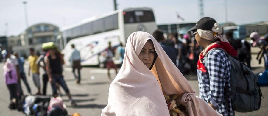 """Wicekanclerz Niemiec Sigmar Gabriel skrytykował kraje odmawiające pomocy uchodźcom i sprzeciwiające się podziałowi zadań w ramach Unii Europejskiej. """"Niemcy pomagają (uchodźcom), ale należy zapytać, kto pomoże Niemcom?"""" - powiedział w nagraniu wideo opublikowanym w czwartek na stronie internetowej Socjaldemokratycznej Partii Niemiec (SPD)."""