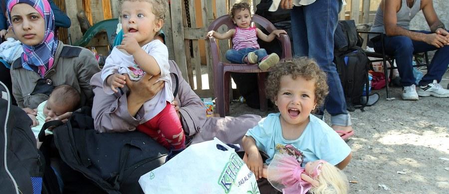 Pociąg z ok. 150 uchodźcami, który został zatrzymany przez władze Słowenii na granicy z Chorwacją uzyskał zgodę na kontynuowanie podróży. W nocy odjechał do miasta Postojna  - poinformował policja. Imigranci mają być jednak ostatecznie deportowani do Chorwacji.