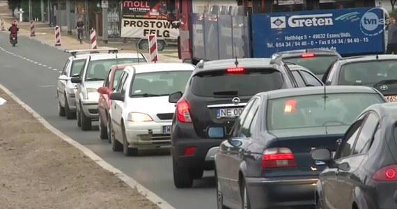 Nowa organizacja ruchu w Jankach przysporzyła kierowcom sporo kłopotów. Przez błędnie oznakowaną drogę samochody gubią się i błądzą. Tworzą się długie korki, a niektórzy kierowcy jadą pod prąd lub po chodnikach.