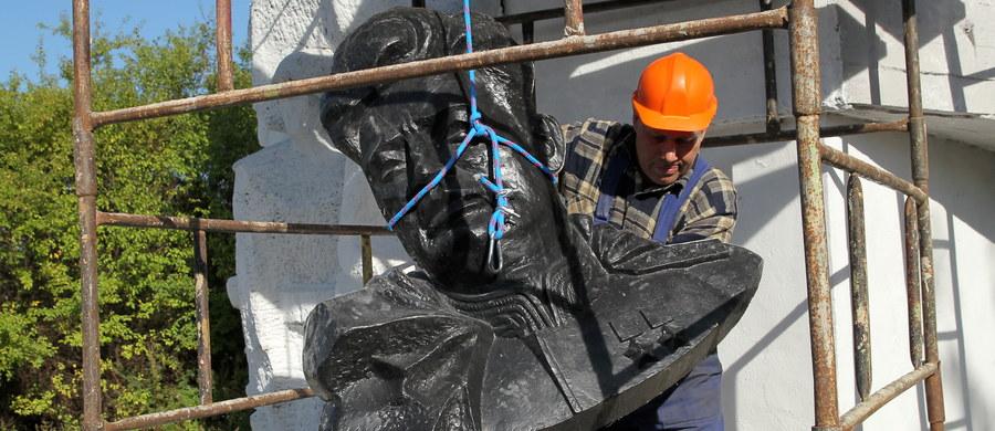 To barbarzyństwo dla każdego dojrzałego europejskiego społeczeństwa - tak demontaż pomnika generała Armii Czerwonej Iwana Czerniachowskiego w Pieniężnie komentuje rosyjskie ministerstwo obrony. W 1945 roku w tym warmińsko-mazurskim mieście Czerniachowki został śmiertelnie raniony. Wcześniej zasłynął jako kat żołnierzy AK na Wileńszczyźnie. Jego pomnik rozebrano wczoraj po decyzji lokalnych władz.