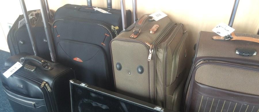 """Torby, walizki i inne bagaże nieodebrane przez pasażerów z Lotniska im. Chopina w Warszawie trafiły na aukcję! Teraz każdy może je wylicytować - i to wraz z tajemniczą zawartością! Warszawskie lotnisko miało obowiązek przechowywać je przez ostatnie dwa lata. """"Po dwóch latach możemy je albo zutylizować albo sprzedać i dać im w ten sposób drugie życie. Jesteśmy zobligowani do zajrzenia do środka, żeby usunąć z tego bagażu przedmioty niebezpieczne oraz żywność i alkohol, które po dwóch latach nie nadają się już do spożycia"""" - mówi w rozmowie z RMF FM Adrian Kubicki, rzecznik prasowy Polskich Linii Lotniczych LOT."""