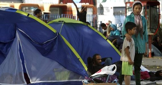 Na środowym szczycie unijnych przywódców nie będzie decyzji ws. podziału 120 tysięcy uchodźców pomiędzy poszczególne kraje UE - tak wynika z listu szefa Rady Europejskiej Donalda Tuska, który jest zaproszeniem na szczyt. Decyzja ws. przyjęcia przez Polskę ponad 9 200 azylantów z tej grupy zapadnie dzień wcześniej - na spotkaniu unijnych ministrów spraw wewnętrznych. W ten sposób Tusk pozbawia Warszawę prawa weta w kwestii uchodźców.