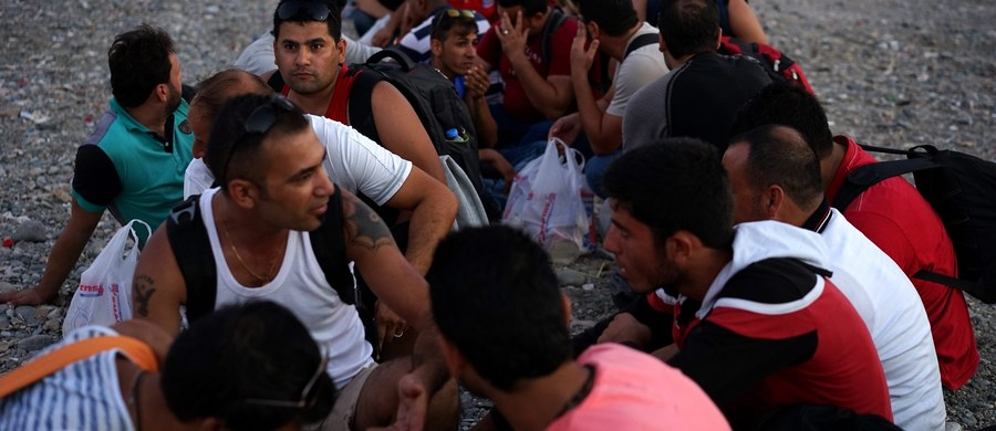 """Syryjczyk opowiadający współmieszkańcom, że działał w oddziałach Państwa Islamskiego i zabijał dla terrorystów – nagranie wykonane z ukrycia telefonem w jednym z ośrodków dla uchodźców trafiło do niemieckiej policji. Ta sprawdza teraz informacje. Tak twierdzi gazeta """"Welt am Sonntag"""", dodając jednocześnie, że dotąd nie ma potwierdzenia ani jednego przypadku, by wśród uchodźców był celowo wysłany do Europy jakiś terrorysta."""