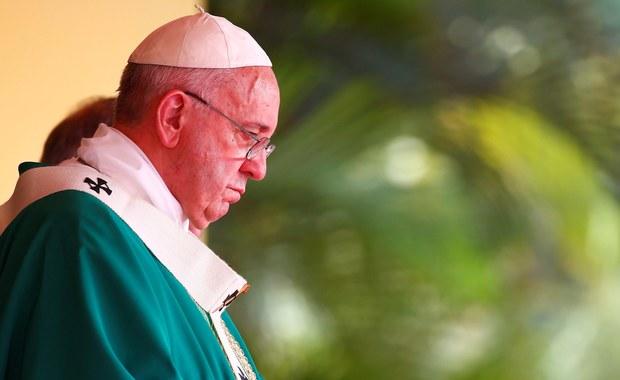 """Kilkaset tysięcy osób zgromadziło się na mszy odprawionej w niedzielę przez papieża na Placu Rewolucji w stolicy Kuby - Hawanie. """"Kto chce być wielki, niech służy innym, a nie wysługuje się innymi"""" – mówił Franciszek. """"Kto nie żyje, by służyć, nie przysłuży się życiu"""" – podkreślał."""