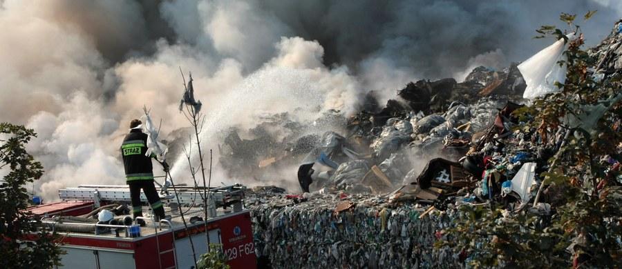 Nie będzie dalszej obowiązkowej ewakuacji w Dąbrówce Wielkopolskiej. Gazy unoszące się z objętej pożarem sortowni śmieci nie są toksyczne - potwierdzają to wyniki przeprowadzonych badań powietrza.