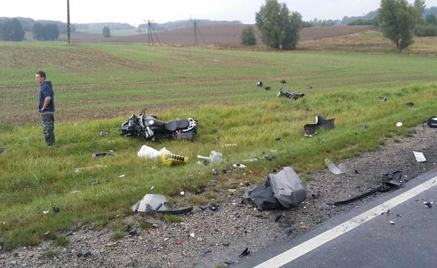 """Złe warunki drogowe i duża prędkość - to wstępne przyczyny tragicznego wypadku, do którego doszło w niedzielę na krajowej """"szesnastce"""" pod Gietrzwałdem w woj. warmińsko-mazurskim. Radiowóz zderzył się tam z trzema motocyklistami, jeden z nich zmarł."""
