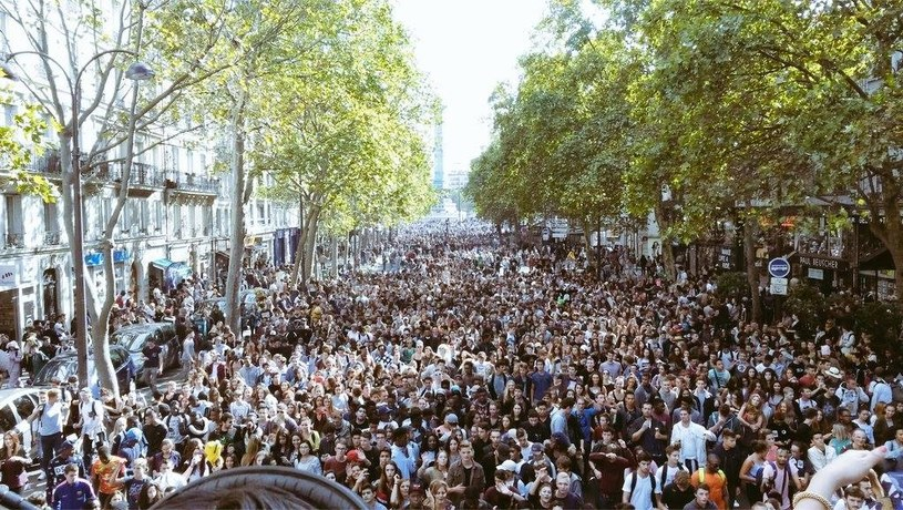 W sobotę (19 września) podczas festiwalu muzycznego Techno Parade w Paryżu zmarł jeden z uczestników. Mężczyzna wspiął się na pomnik, a następnie z niego spadł.