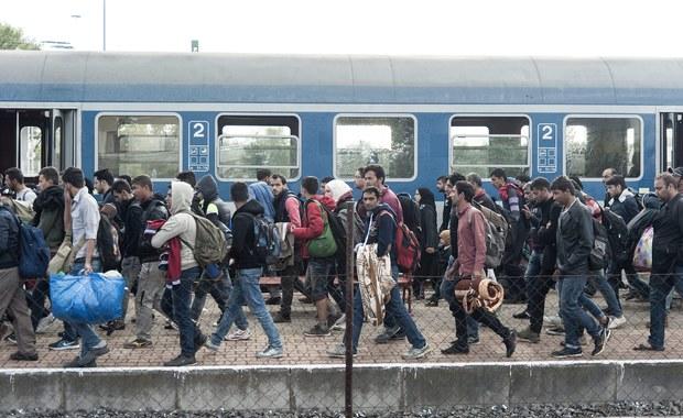 Polska miałaby przyjąć uchodźców dobrowolnie, a ich liczba ma się tylko trochę różnić od tej, którą zaproponowała Komisja Europejska – oto, jak się nieoficjalnie dowiedziała nasza korespondentka, kompromisowa propozycja porozumienia, którą wypracowano na zakończonym w Brukseli spotkaniu ambasadorów Unii Europejskiej. Bruksela chciała, żeby Polska przyjęła obowiązkowo 9287 uchodźców z liczby 120 tysięcy, których trzeba rozdzielić.