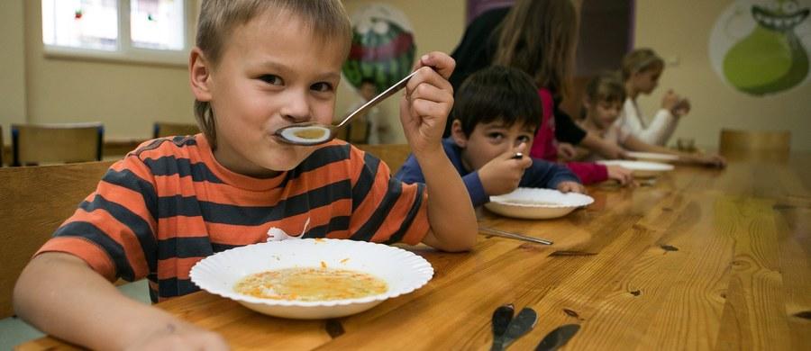 Potrzebne są wytyczne i szkolenia, jak interpretować nowe przepisy dotyczące zdrowego jedzenia w szkołach. To nie są oczekiwania dyrektorów szkół albo właścicieli sklepików. Kłopoty z egzekwowaniem nowych przepisów mają inspektorzy sanitarni. A to oni powinni kontrolować, czy dzieci w szkole jedzą to, co zapisano w rozporządzeniu Ministerstwa Zdrowia.