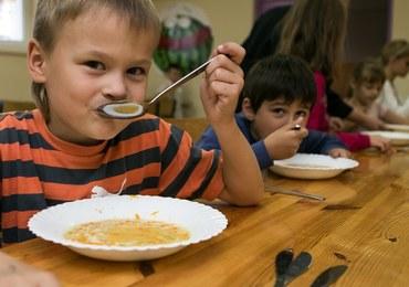 Sanepid: Posłodzona herbata, posolone ziemniaki? Przepisy o szkolnym jedzeniu są zawiłe