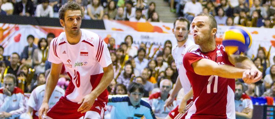 Polscy siatkarze po bardzo trudnym meczu pokonali Japończyków 3:1 (24:26, 27:25, 25:21, 25:19)! Było to ich przedostatnie spotkanie w Pucharze Świata, którego stawką są dwie przepustki na przyszłoroczne igrzyska olimpijskie w Rio de Janeiro. Biało-czerwoni są jedyną wciąż niepokonaną ekipą w turnieju! Jutro zagrają z Włochami i dwa wygrane sety w tym pojedynku zagwarantują im kwalifikację olimpijską.