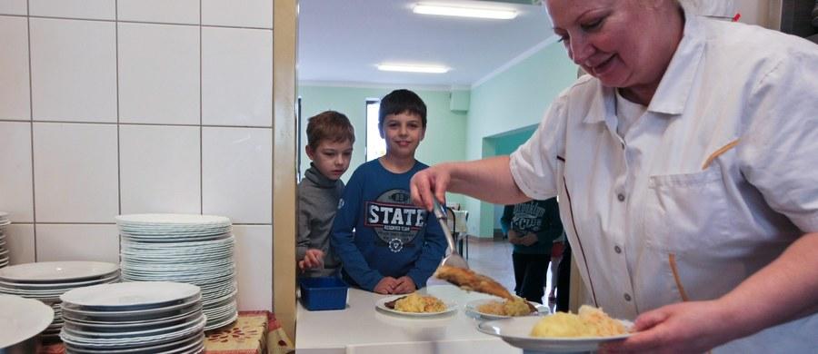 Ministerstwo Zdrowia jest gotowe na nowelizację i zmiany w rozporządzeniu dotyczącym szkolnych sklepików i żywienia dzieci w szkole. Nawet inspekcja sanitarna ma teraz problem z interpretacją przepisów o zawartości cukru w kompocie i soleniu obiadów. Właśnie inspektorzy GIS mają kontrolować, czy dzieci w szkole są żywione zgodnie z zasadami, które obowiązują od 1 września.