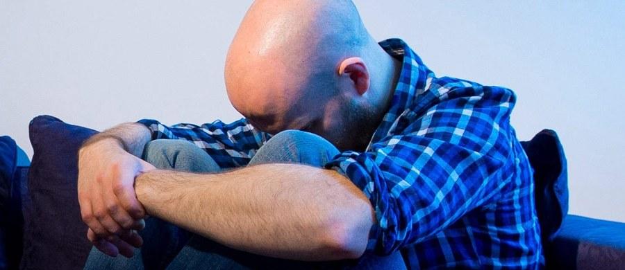 """Wariant jednego genu może odpowiadać za to, że jesteśmy bardziej podatni na depresję - piszą na łamach czasopisma """"British Journal of Psychiatry"""" naukowcy z Uniwersytetu w Montrealu. Okazuje się jednak, że ten sam mechanizm, który sprawia nam kłopoty, może też przynieść nam szczęście. Wszystko zależy od tego, co nas w życiu spotka."""