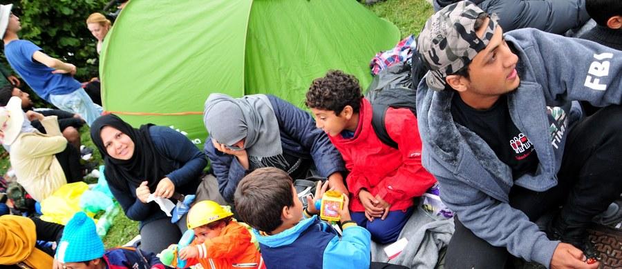 """Radykalni islamiści mogą rekrutować bojowników spośród młodych uchodźców– przyznał szef niemieckiego kontrwywiadu BfV Hans-Georg Maassen.""""Obawiamy się, że islamiści w Niemczech pod przykrywką pomocy humanitarnej będą próbowali wykorzystywać sytuację uchodźców do własnych celów, czyli nawracania osób starających się o azyl (na islam) i ich rekrutowania"""" - oświadczył Maassen."""