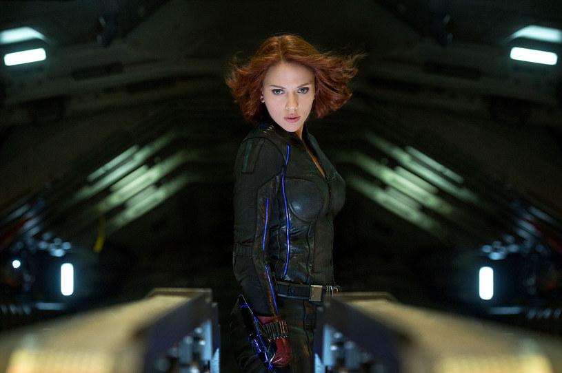 """Jestem gotowa, żeby ponownie założyć strój Czarnej Wdowy - mówi Scarlett Johansson. Z okazji premiery DVD i Blu-ray filmu """"Avengers: Czas Ultrona"""" gwiazda opowiada o pracy na planie. Zdradza też, czy doczekamy się kiedyś filmu poświęconego tylko jej bohaterce."""