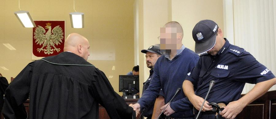 Przed szczecińskim sądem okręgowym ruszył od nowa proces kierowcy, który 1 stycznia 2014 r. zabił sześć osób w Kamieniu Pomorskim. Mateusz S. przyznaje się do spowodowania wypadku, ale nieumyślnie.