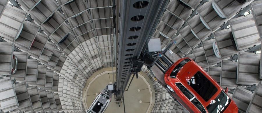 Niemiecki minister transportu Alexander Dobrindt powołał komisję śledczą w sprawie skandalu związanego z manipulowaniem przez Volkswagena pomiarem emisji spalin w samochodach produkowanych przez koncern w Wolfsburgu. Wcześniej kanclerz Niemiec zażądała szybkiego i pełnego wyjaśnienia afery. Także polski wicepremier Janusz Piechociński zapowiedział, że zażąda od niemieckiego producenta aut dokładnych informacji.