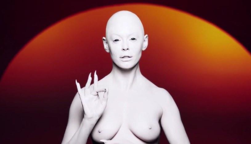 """Aktorka Rose McGowan zadebiutowała jako wokalistka. Teledysk do premierowej piosenki artystki """"RM486"""" wyreżyserował Jonas Akerlund."""