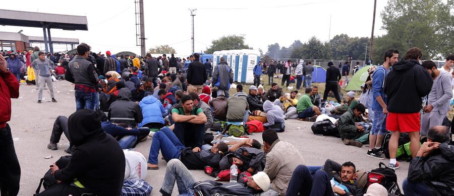 """Słowacja, Czechy, Węgry i Rumunia zagłosowały przeciwko propozycji Luksemburga w sprawie podziału 120 tysięcy uchodźców - donosi ze szczytu w Brukseli korespondentka RMF FM Katarzyna Szymańska-Borginon. Polska zagłosowała """"za"""" i jako jedyna wyłamała się z jednolitej postawy Grupy Wyszehradzkiej, do której należymy razem ze Słowakami, Czechami i Węgrami. Od głosu wstrzymała się Finlandia."""