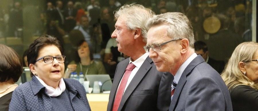 Ministrowie zebrani wczoraj w Brukseli po burzliwych debatach zdecydowali o rozdziale 66 tys. uchodźców i migrantów. Gwałtowna dyskusja zaowocowała groźnym precedensem, jakim jest złamanie zasady jednomyślności w sprawach istotnych dla narodowej suwerenności. To wysoka cena, jaką przyszło zapłacić całej Unii Europejskiej. Ta decyzja będzie długo wpływała negatywnie na stosunek społeczeństw do UE. Narzucanie decyzji demokratycznie wybranym rządom, wbrew artykułowanej także w sondażach woli większości obywateli, znacząco poszerzy szeregi eurosceptyków. Nie tylko w Europie Środkowej, ale zapewne także np. w Wielkiej Brytanii, co jest szczególnie istotne w kontekście nadchodzącego referendum o jej członkostwie w Unii.