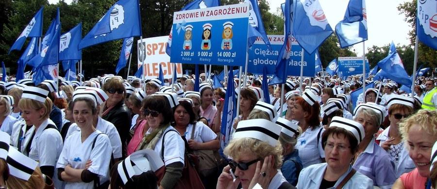 Jest porozumienie i oddalona wizja strajku pielęgniarek. Ministerstwo Zdrowia nie ma jednak wyliczeń, ile zapowiedziane podwyżki będą kosztować. Według ekspertów, z którymi rozmawiał dziennikarz RMF FM Mariusz Piekarski, na podwyżki potrzeba będzie nawet 6 mld złotych.
