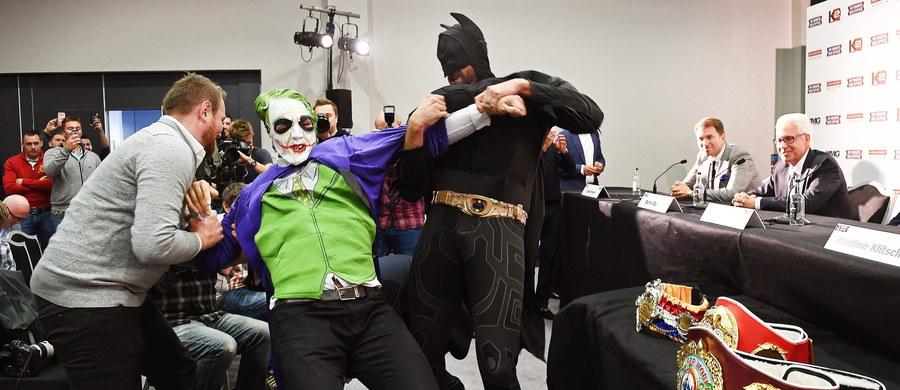 Tyson Fury przebrany za Batmana wystąpił na konferencji przed walką z królem ringu z Władimirem Kliczką. Panowie skrzyżują rękawice 24 października w Duesseldorfie. Stawką będą bokserskie pasy WBA/WBO/IBF wagi ciężkiej.