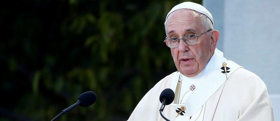 Papież Franciszek niezwykle ciepło przyjęty w Stanach Zjednoczonych. Na ulicach Waszyngtonu wyczekują tłumy ludzi, którzy liczą, że uda im się zobaczyć przejeżdżającego papieża. Wczoraj odwiedził między innymi Biały Dom, odprawił mszę świętą w tamtejszej bazylice. Dziś jako pierwszy papież w historii wygłosi przemówienie w Kongresie Stanów Zjednoczonych.