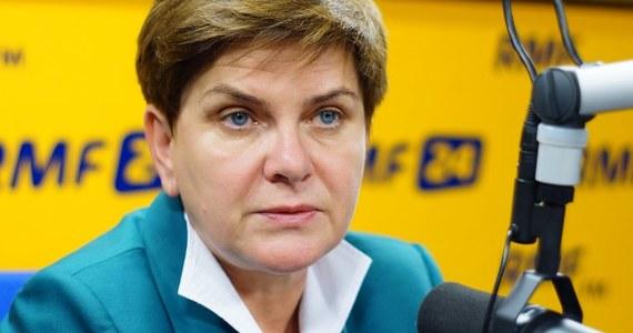 """""""Polska nie jest przygotowana na przyjęcie uchodźców. Polski rząd popełnił błąd"""" - mówi w Kontrwywiadzie RMF FM wiceprezes PiS i kandydatka tej partii na premiera Beata Szydło. Jej zdaniem """"ulegliśmy dyktatowi tych państw, które mają w ręku więcej argumentów"""". """"Polska pojechała na szczyt nieprzygotowana i nie postawiła własnych propozycji. Słabi zawsze przegrywają i w tej chwili przegraliśmy"""" - dodaje. """"Nawołuje się do tego, żebyśmy byli solidarni w ramach UE, jednocześnie poza plecami Polski silne państwa europejskie dogadują się"""" - ocenia gość Kontrwywiadu. Co zrobi premier Szydło ws. imigrantów? """"Pięknie zabrzmiało """"premier Szydło"""", ale to jest dopiero hipoteza"""" - odpowiada gość RMF FM. """"Jeśli Polacy zdecydują, że PiS będzie brało odpowiedzialność, to możemy wrócić do rozmowy. Dziś odpowiedzialność bierze premier Kopacz"""" - dodaje."""