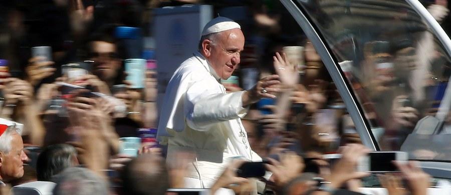 """O nacechowany człowieczeństwem, sprawiedliwością i braterstwem stosunek do uchodźców zaapelował papież Franciszek w przemówieniu wygłoszonym w Kongresie Stanów Zjednoczonych. """"Należy ich traktować tak, jak sami chcemy być traktowani"""" - dodał."""