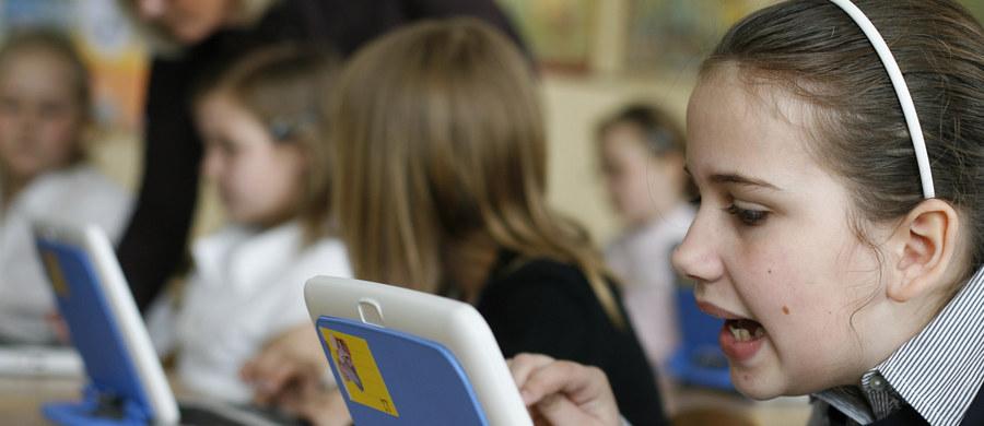 Ponad 900 gier wspomagających rozwój widzenia i koordynację wzrokowo–ruchową u dzieci znalazło się w uruchomionym dziś portalu internetowym Świetlikowo. Mogą z niego korzystać także słabowidzące maluchy. Gry uzupełniają tradycyjną terapię, ćwiczą pamięć i koncentrację. Patronem portalu jest Uniwersyteckie Centrum Okulistyki i Onkologii przy ul. Ceglanej w Katowicach.